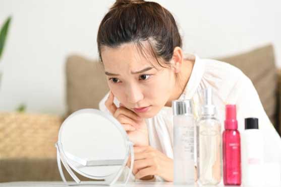 肌の乾燥で悩む女性