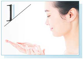 洗顔後、化粧品で肌を整える